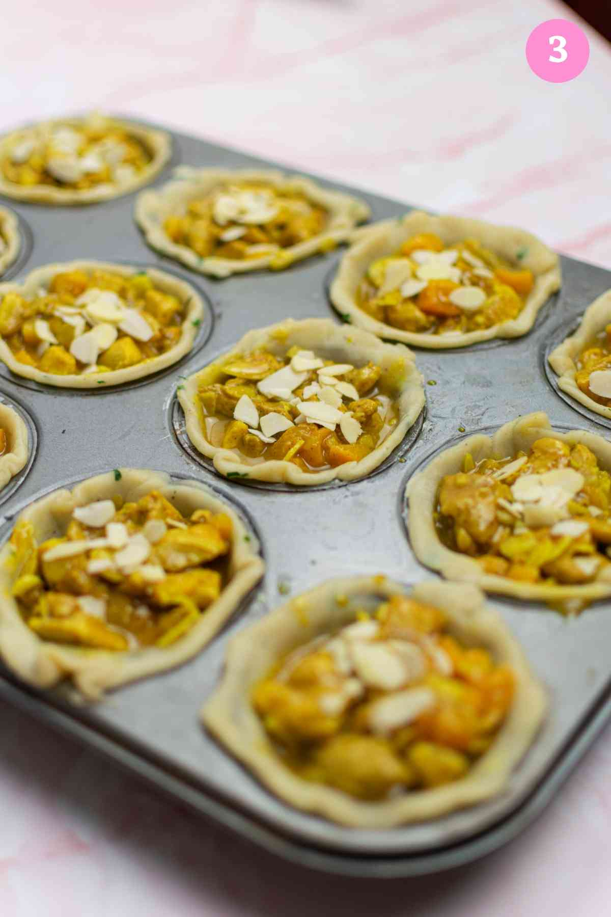 Pie bases filled with chicken tagine with apricot filling